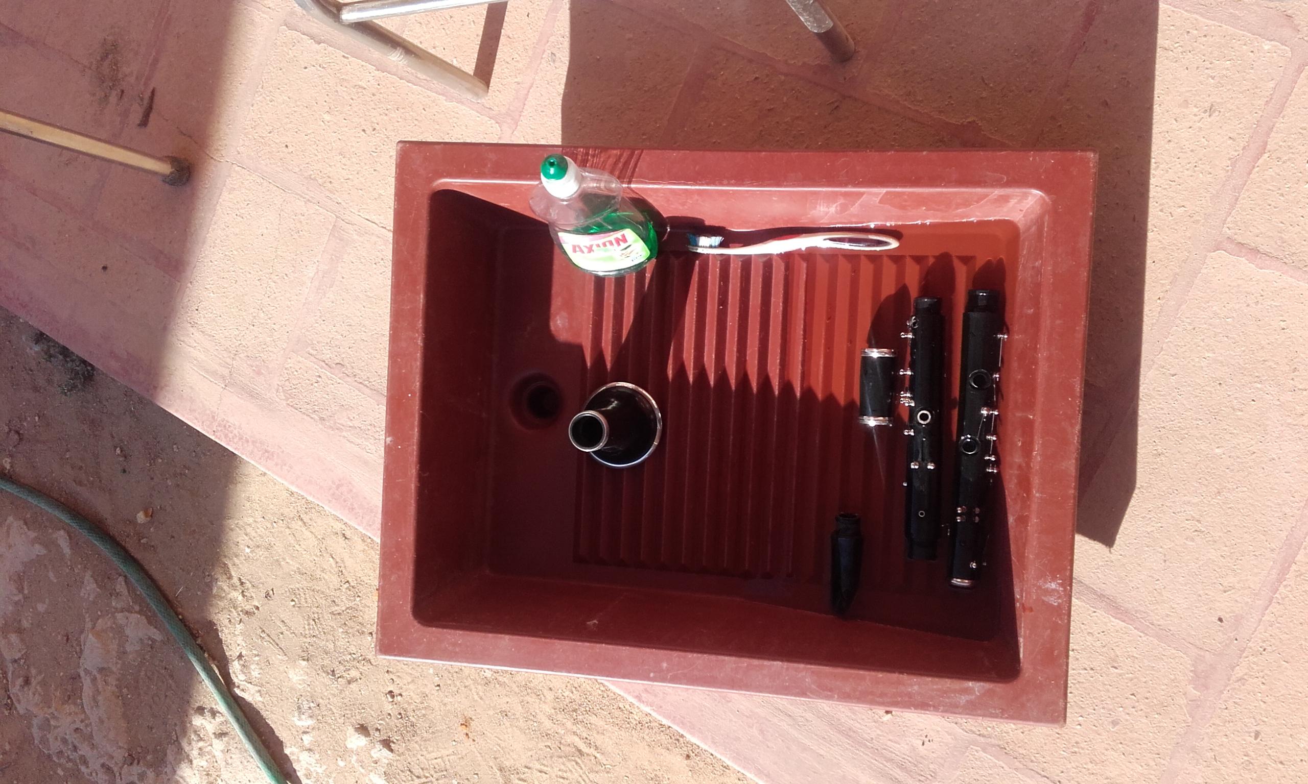 nettoyage d'une clarinette au soleil